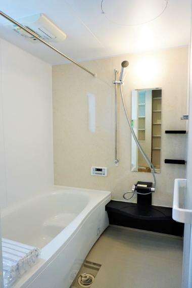 浴室 【施工事例:浴室】浴室には浴室乾燥機を標準装備。乾燥機能で雨の日や花粉の時期も気にせず洗濯物を乾かすことが出来ます!