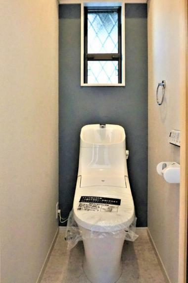 トイレ 【施工事例:トイレ】暖かな雰囲気のトイレ。快適な温水洗浄便座付きです。