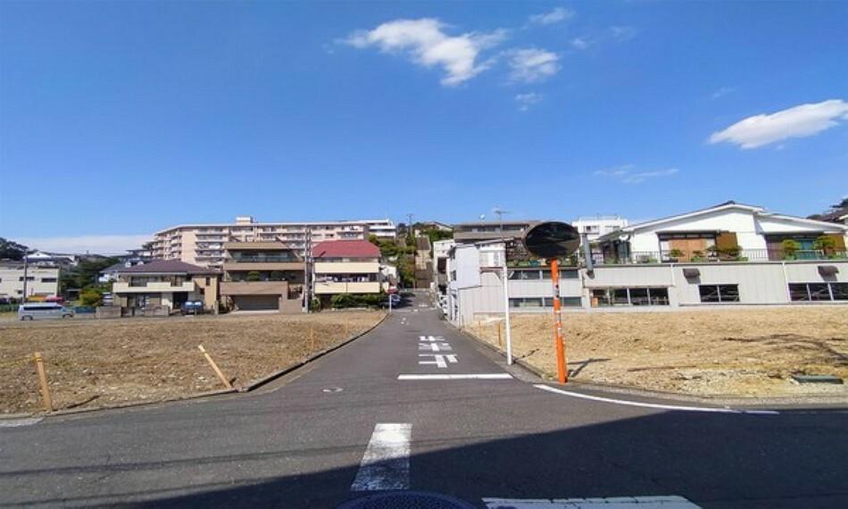現況写真 道路とフラットな敷地で暮らしやすい立地。