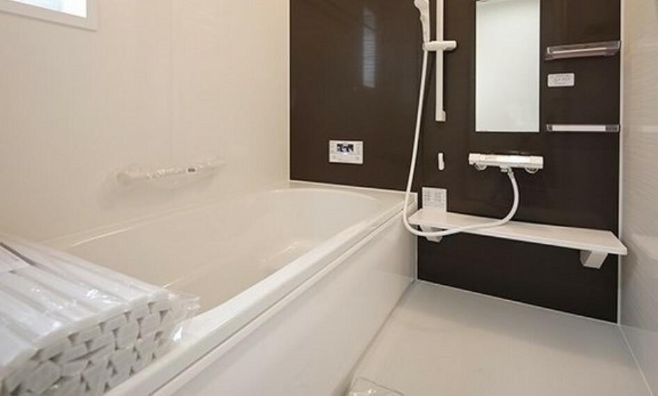 浴室 白基調のお風呂でゆったりくつろげます