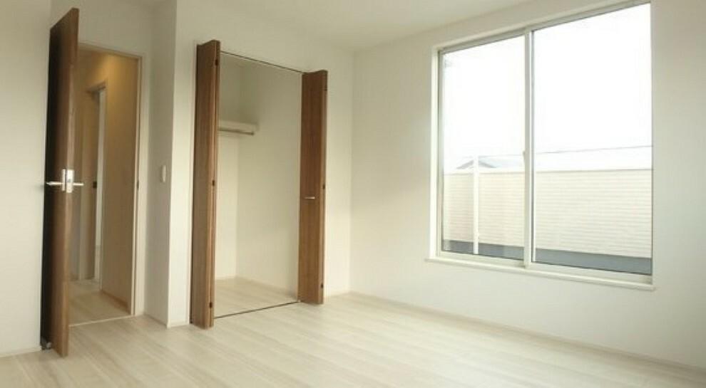 洋室 各部屋に収納スペースある為、片付け楽々!