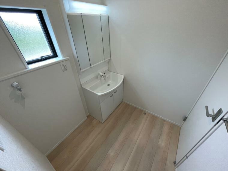 洗面化粧台 三面鏡の洗面化粧台暮らしを快適に変えるシャワー付き