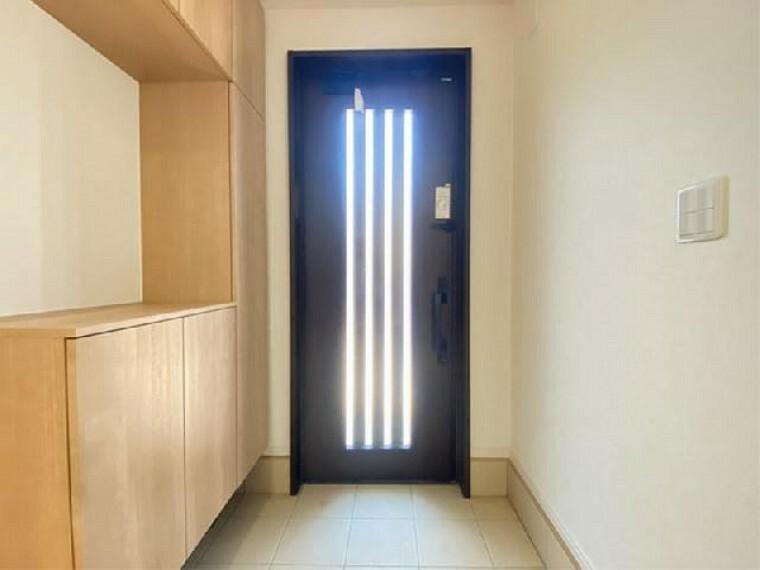 A号棟 玄関 ~同仕様・同形状画像~・・・玄関ドアにはタッチキーが標準装備!お荷物で手がふさがっているときも安心!ワンタッチで鍵が開けられるので、とっても便利ですね。