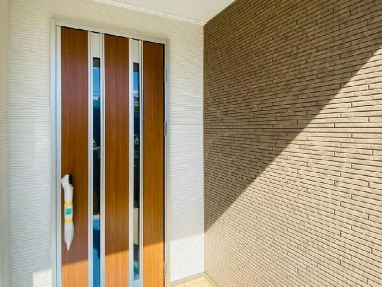 E号棟 玄関 ~同仕様・同形状画像~・・・玄関は土間続きの収納を完備し、玄関ホールも人が中で対話できるよう広さを確保しております。