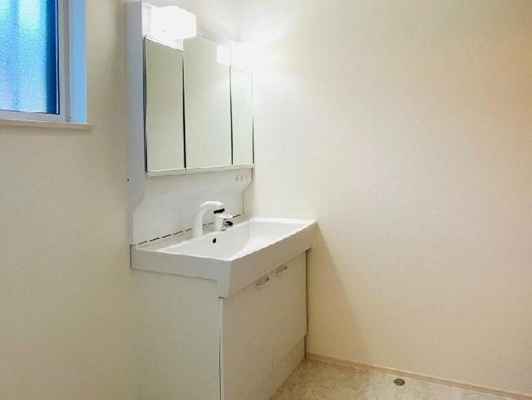 E号棟 洗面室~同仕様・同形状画像~・・・洗面室には6段の可動棚のついた洗面室収納が設けられており、衣類やタオル、洗剤などの収納場所には困りません。