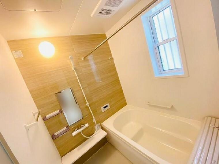 E号棟 浴室~同仕様・同形状画像~・・・浴室換気乾燥暖房機の付いたシステムバスは節水性と清掃性に優れた仕様になっております。