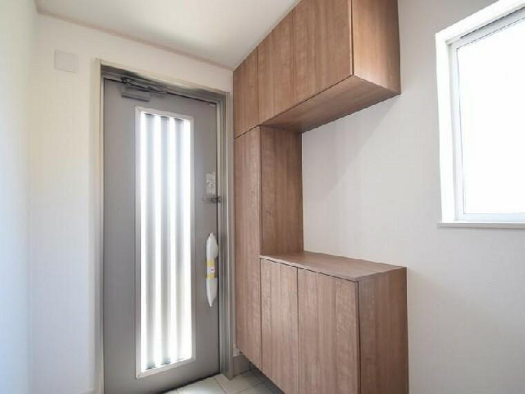 東矢島A号棟:玄関(同仕様・同形状)・・・シューズボックスが標準で付いております。可動棚になっているので長さのあるブーツやハイヒールなどもきちんと収納可能です。