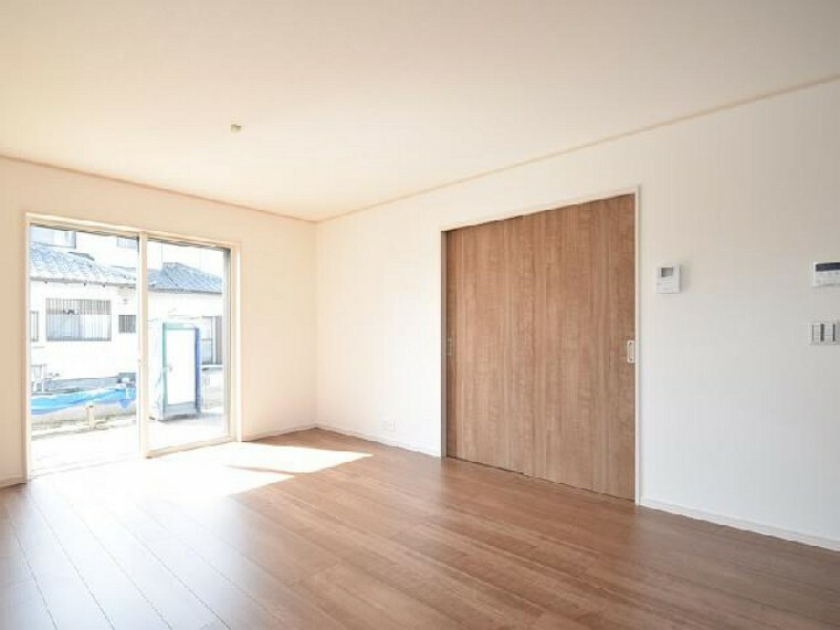 東矢島A号棟:リビング(同仕様・同形状)・・・キッチンからダイニングとリビングが見渡せるので開放感のある広さとなっています。