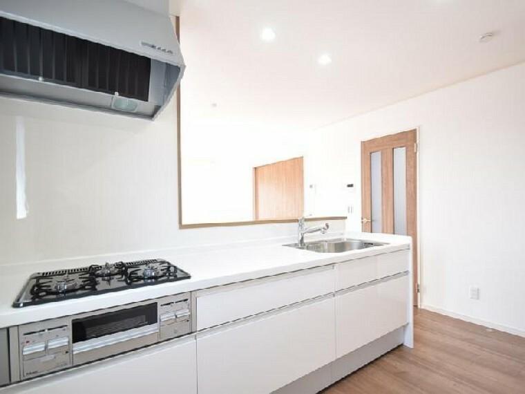 東矢島A号棟:キッチン(同仕様・同形状)・・・キッチンはオシャレな折下げ天井になっています。食洗機付きなので忙しい朝の時間など家事の時短にもなります。