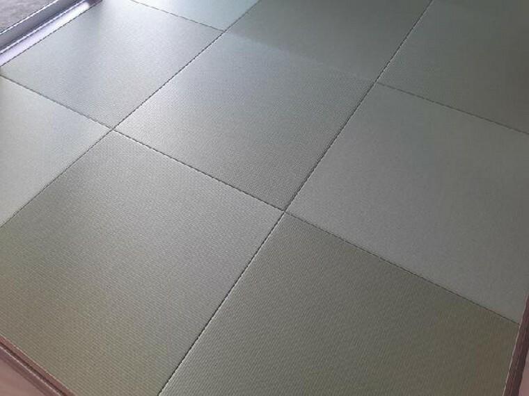 東矢島A号棟:和室(同仕様・同形状)・・・6帖の和室は、琉球風畳になっていますので、お洒落ですよ!