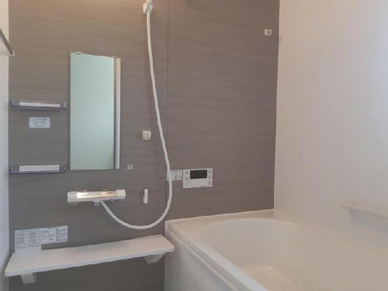 東矢島A号棟:浴室(同仕様・同形状)・・・ゆったりとしたバスルームはお子様と入っても余裕の広さ!お子様と一緒に一日を振り返ってみるのもいいですね!
