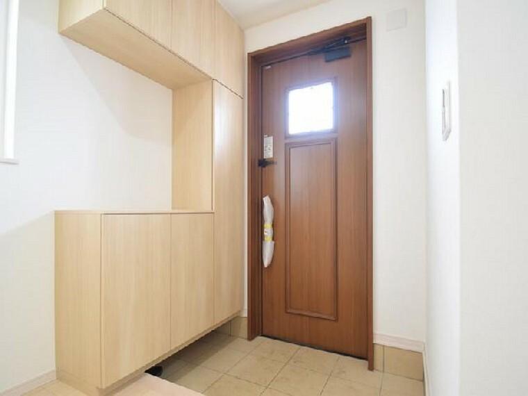 朝日C号棟:玄関(同仕様・同形状)・・・奥行のある広い玄関は40足以上の靴が収納できるシューズボックス付き!靴が散らからず、スッキリした玄関を保てます。