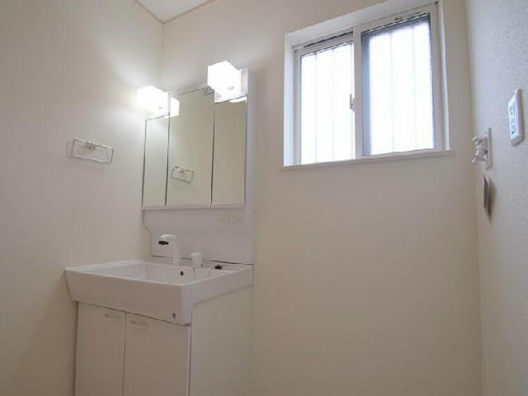 朝日C号棟:洗面(同仕様・同形状)・・・洗面室には窓を設置。明るく風通しの良い空間になっております。タオル・着替え・洗剤ストック・体重計など収納できる収納付き!