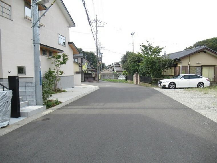 現況写真 前面道路は広々としています! お車の出し入れもしやすいですよ!