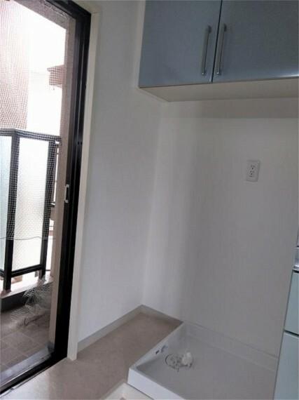 キッチン キッチンの背面にある家事動線のいい洗濯スペース