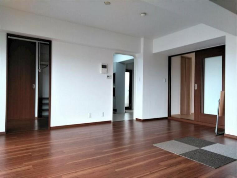 居間・リビング 床暖房付きのリビングダイニング13.5帖 南向きの明るい室内です