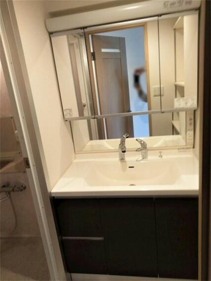 洗面化粧台 ワイドな洗面台。三面鏡の裏側にも収納たっぷり。散らかりがちな洗面室がスッキリ片付きます!