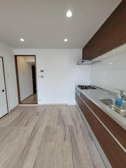 ダイニングキッチン 直線的な動線で作業がしやすい壁付け型キッチン!