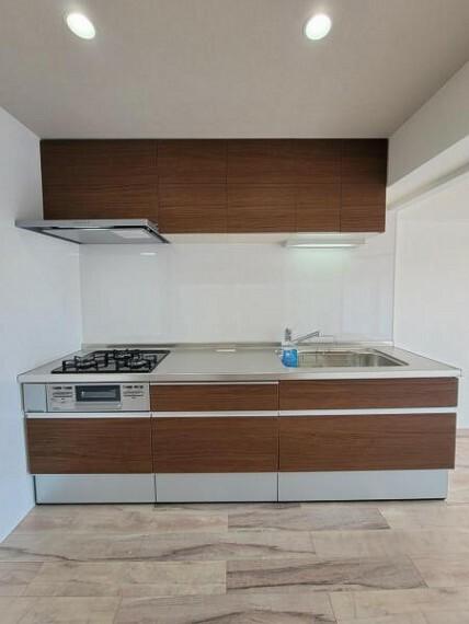 キッチン 木目調のシステムキッチン!落ち着いた雰囲気がいいですね!
