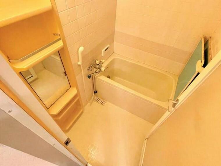 浴室 白系のパネルで清潔感のあるバスルーム