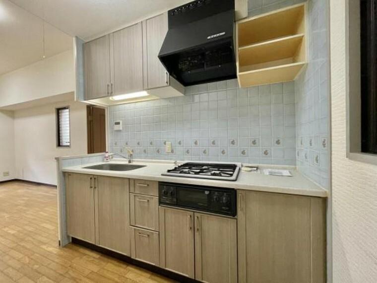 キッチン 吊戸棚もついてる収納豊富なキッチン 収納が多いので、広く使っていただけますね