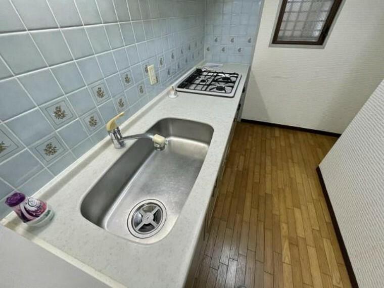 キッチン 広くとらた天板で調理もしやすいですよ 横には窓があるので、お料理の匂いも室内にこもりませんよ。