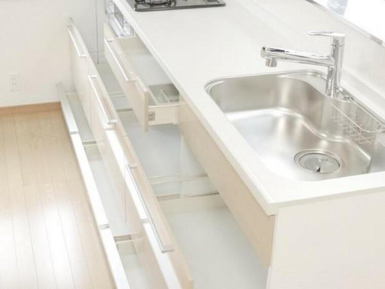 【同仕様写真】ハウステック製のキッチンは収納の引き出しが多い箇所で三段に分かれているので分けて収納することができます。