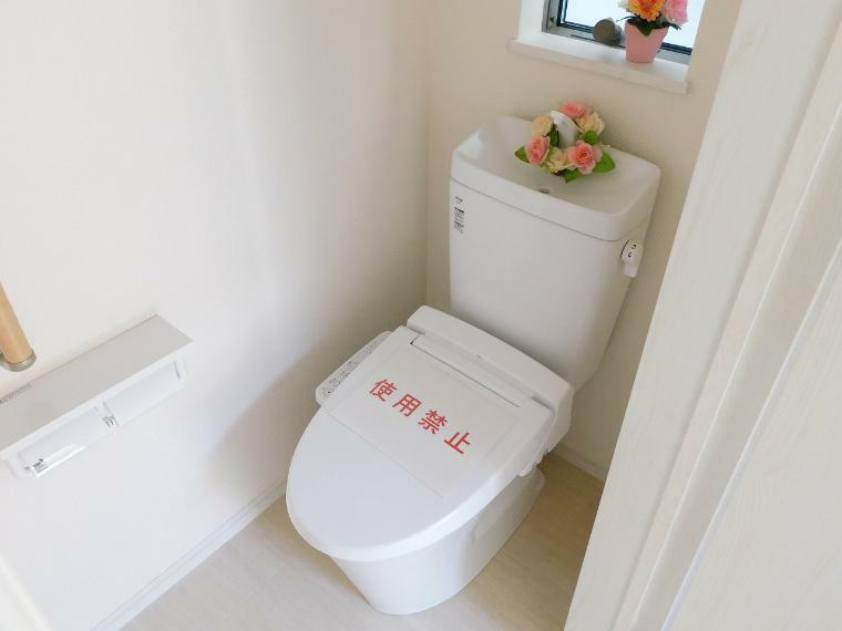 トイレ 1F&2Fにレストルームを配置!室内には小窓を設け通気性が良く、圧迫感がありません!