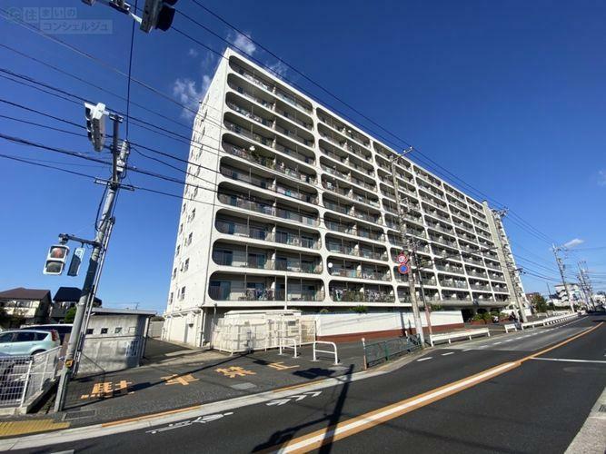 外観写真 《外観》青梅街道沿いに佇む11階建てマンション。総戸数342戸のビッグコミュニティです