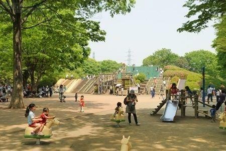 小金井公園 徒歩28分。都内最大規模の都立公園。子供がのびのび遊べるアスレチックのほか、そりゲレンデ、BBQ場、ドッグラン、サイクリングコース、テニスコートなど豊富な遊び場が併設されています。
