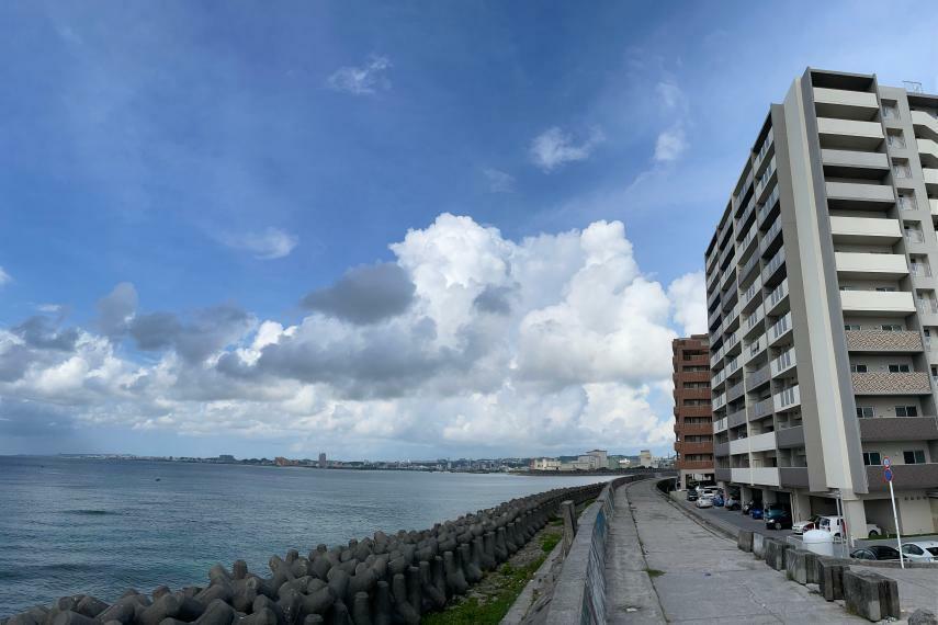 外観写真 護岸歩道を一本隔てて海、沖縄で有りそうで少ない「シーサイド」な立地です。