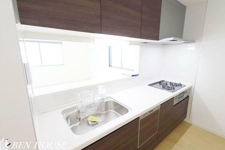 同仕様写真(内観) キッチン(同仕様参考写真)・リビングの様子を見守りながらお料理ができる、人気の対面式、カウンター付きキッチンを採用しています。