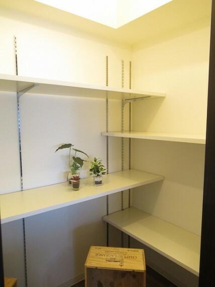 収納 違い棚がとてもおしゃれですね! これだけの収納力があれば部屋もスッキリ保てますよ!