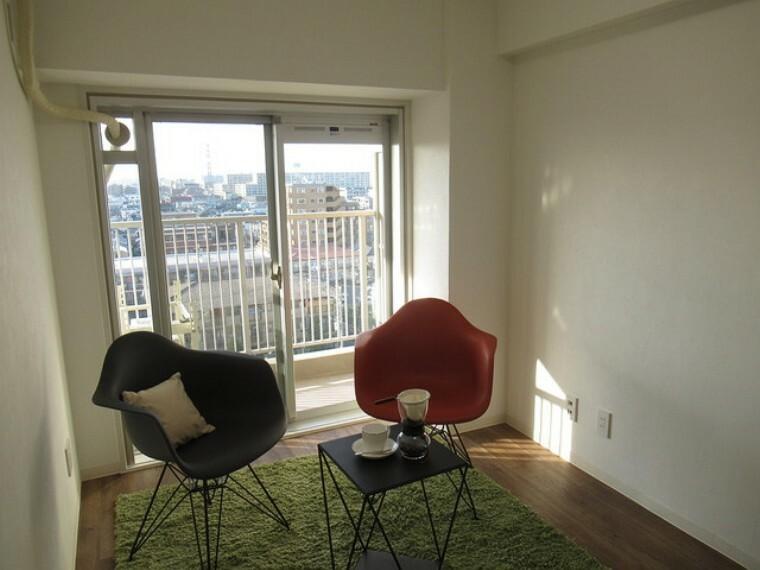 洋室 バルコニーに面した洋室はとっても明るいお部屋です! 布団干しも楽々ですし、天気の良い日は外に出て風にあたるのも良いですね!