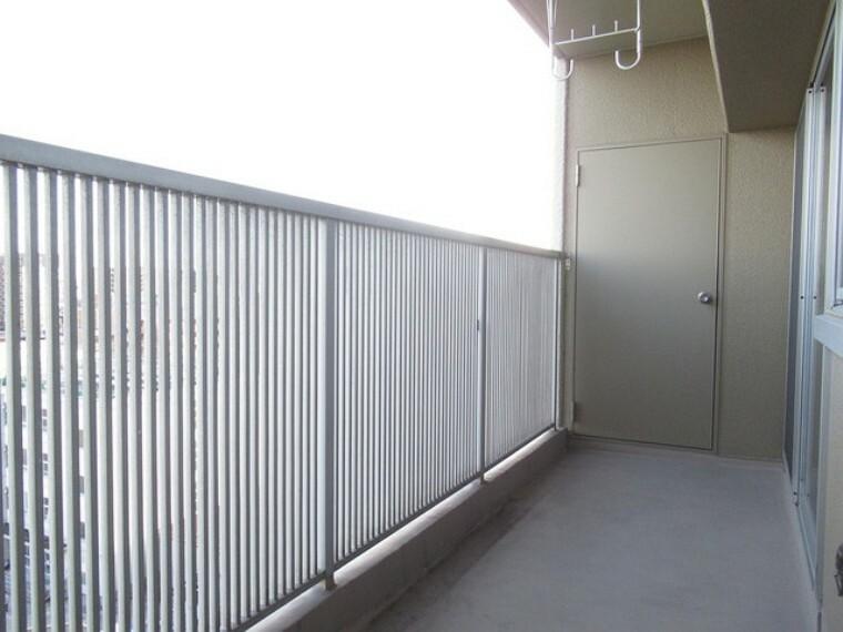 バルコニー 広々としたバルコニーがあり、たくさんの洗濯物を干すことができます! 日当たりが良く暖かいですよ~!