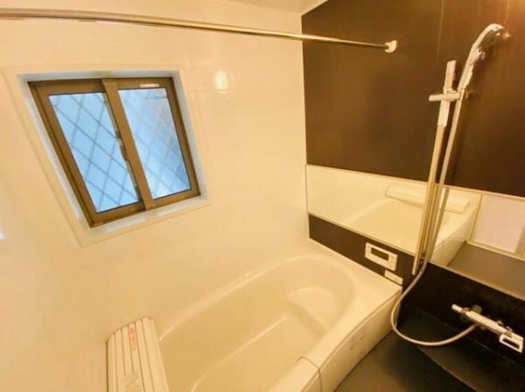 シャワー付きのゆったりとしたバスルームです