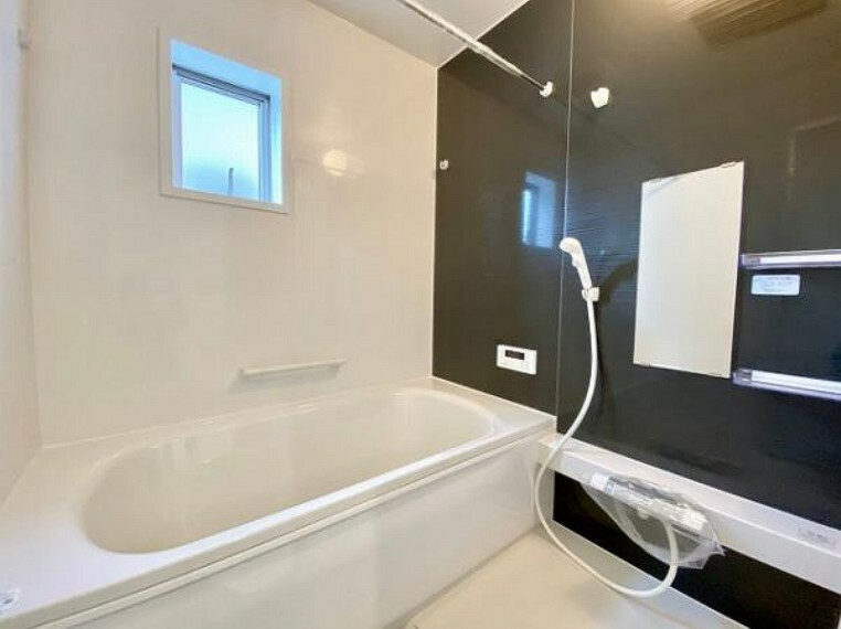 \同仕様写真/ゆったり入れる1坪サイズのゆとり空間。バリアフリー設計に手すり付きなので、お子様が小さい時も、老後も安心できる浴室です。収納棚も取り外しができ、お手入れ楽々