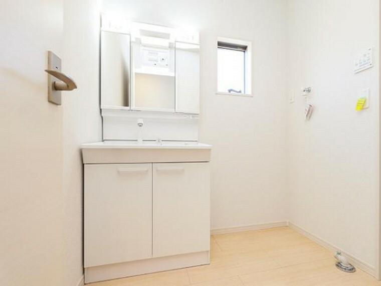 \同仕様写真/収納たっぷりのキャビネットは、使いやすく清潔感のある洗面室に!