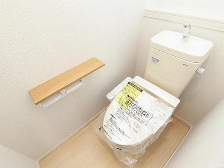 \同仕様写真/1階、2階どちらにも節水省エネ仕様のシャワートイレを採用しています。