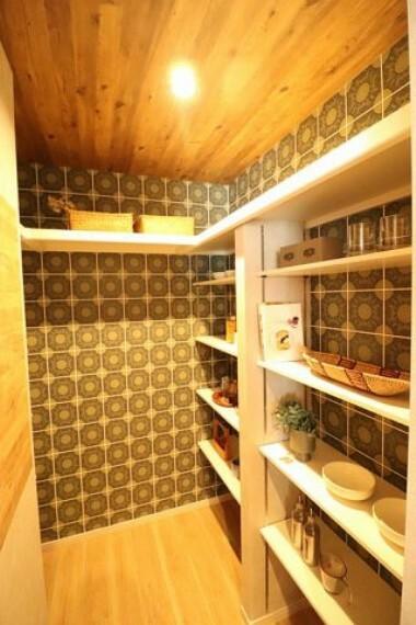 【施工写真/キッチン収納】 キッチンに設けられたパントリーは、食器や食料品など、たっぷりと収納可能。キッチンを常にすっきりと保つことが出来ます。