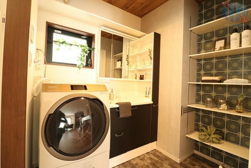 【洗面所】 洗面所に設けた収納は、可動棚を設置しています。サイズに合わせて、タオルや下着などの収納に使っていただけます。
