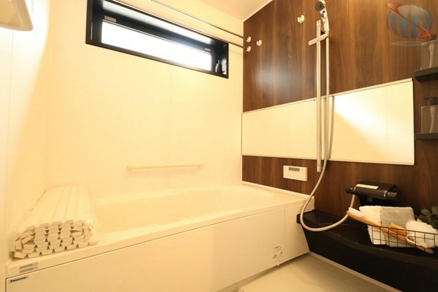 【浴室】 浴室暖房乾燥機は、寒い季節でも暖房で浴室を暖かくしてから入れます。乾かなかった洗濯物も乾燥できます。