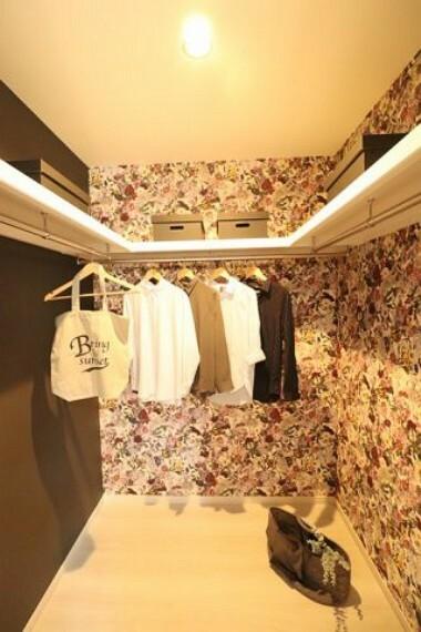 【施工写真/WIC】 主寝室には広々したウォークインクローゼットを完備! 洋服やカバン等を収納できるスペースが十分ある為、大きなベッドを置いても部屋をスッキリ片付けることが出来ます