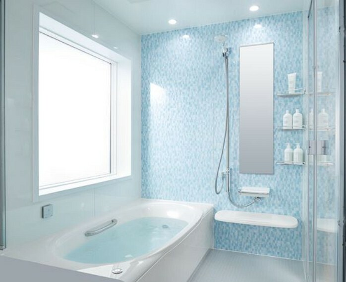 【設備仕様/LIXILシステムバス】 くもりにくい鏡、お掃除のしやすい床や扉等、嬉しい機能も付いており、毎日のバスタイムも快適です。