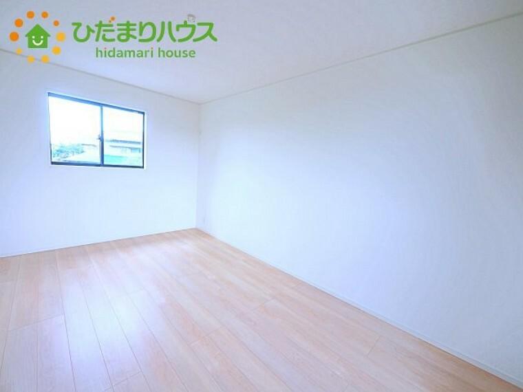 大きなベッドを置いても余裕の広さの主寝室