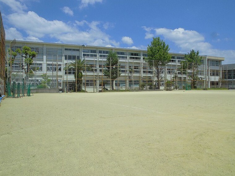 中学校 【中学校】愛宕中学校まで660m