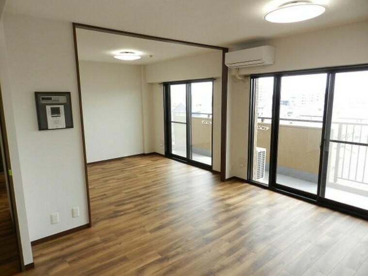 居間・リビング 南側バルコニーにワイドに面したリビングは光に包まれます。