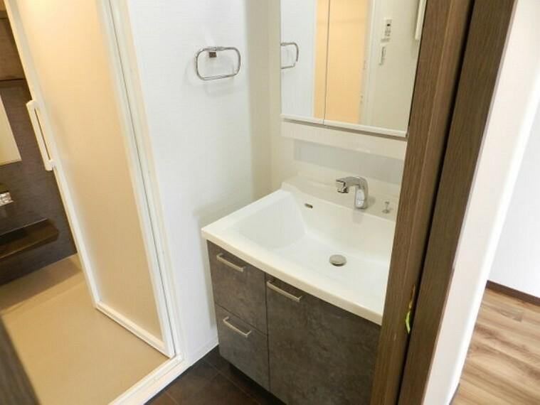洗面化粧台 スッキリと清潔感のある洗面台。