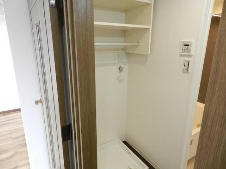 洗面化粧台 洗濯機置場の上には便利な棚を備え付けました。
