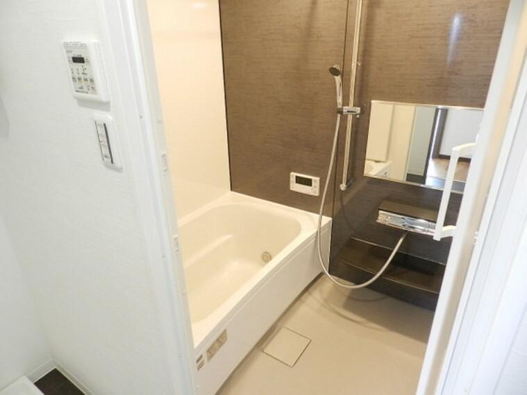 浴室 木目調の模様がくつろぎ効果を与えてくれるお風呂。